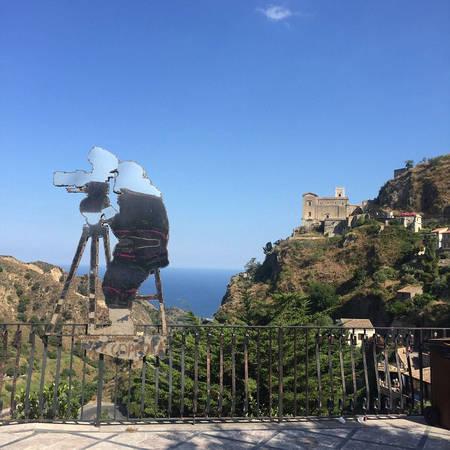 Người dân Sicily ưu ái dành tình cảm cho đạo diễn Francis Ford Coppola bằng một bức tượng kim loại hình ông bên máy quay phim. Phía xa là nhà thờ Santa Maria Degli Angeli, nơi quay cảnh ông trùm Michael Corleone kết hôn với người vợ đầu tiên. Ảnh: James Dunn/Daily Mail.