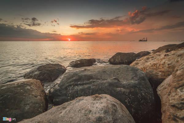 Nằm ở phía đông của Biển Đông và phía tây của Metro Manila (Vùng Thủ đô Quốc gia), vịnh Manila là một vịnh biển kín, có tổng diện tích 1.994 km2, bao quanh bằng một bờ biển dài 190 km.