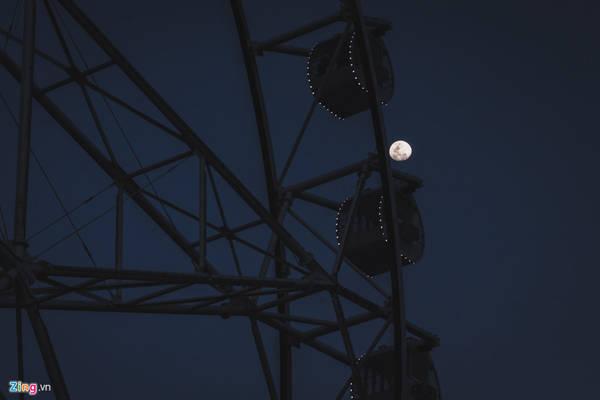 Khi mặt trời đã lặn và màn đêm dần buông, ánh sáng từ mặt trăng ở phía đối diện bắt đầu hiện rõ, cả khu vịnh bắt đầu ngập tràn trong ánh điện lấp lánh.