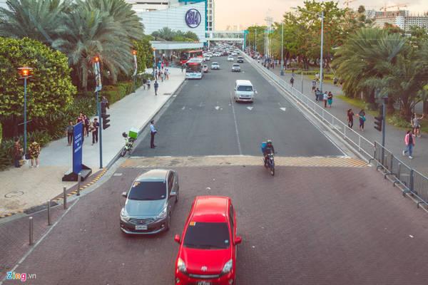 """Trong đó, nổi tiếng nhất có thể kể đến là trung tâm thương mại SM Mall of Asia (SM MOA). Trong đó, """"SM"""" là viết tắt của từ """"Shoe mart"""" - cửa hàng tiền thân của hệ thống trung tâm, cửa hàng bán lẻ SM lớn nhất Philippines."""