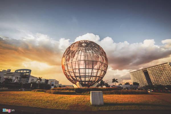 Được xây dựng trên khu đất rộng 42 ha, đạt diện tích mặt bằng lên đến 407.000 m2, với hơn 600 cửa hàng từ các thương hiệu khắp thế giới, SM MOA là trung tâm thương mại lớn thứ 4 Philippines và thứ 11 thế giới, thu hút hơn 200.000 người đến tham quan, mua sắm mỗi ngày.