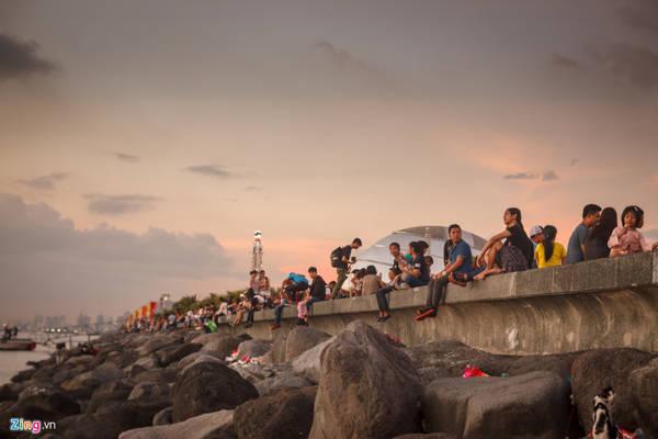 Vì là vùng biển kín, lại có đê chắn sóng nên việc ngồi trên bờ kè dọc theo vịnh ngắm nhìn hoàng hôn là một hoạt động hấp dẫn và thu hút rất đông người, đặc biệt là các đôi tình nhân hay nhóm bạn.