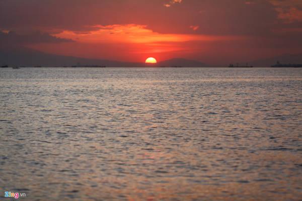 Nếu như ở Việt Nam, đa số các tỉnh giáp biển ở hướng đông và du khách chỉ có thể ngắm được bình minh trên biển thì ở Manila, họ được chiêm ngưỡng mặt trời lặn trên biển.