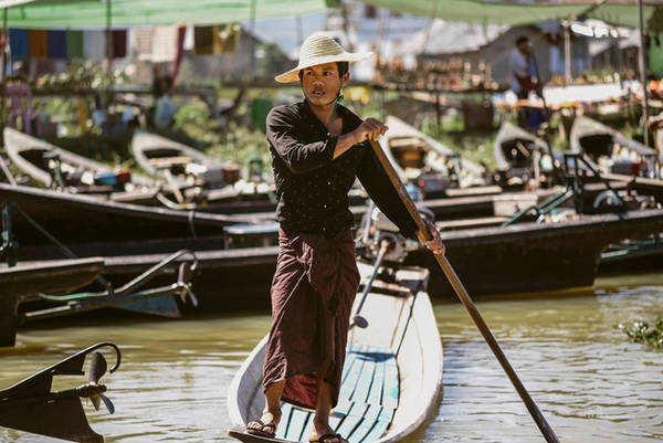 """Hồ Inle là nơi sinh sống của tộc người Inthar, một dân tộc thiểu số của Myanmar. Theo tiếng Myanamar, Inthar có nghĩa là """"người sống trên hồ""""."""