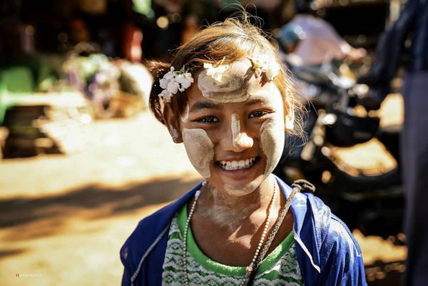 Một em bé bán hàng với Thanaka, một loại phấn truyền thống và lâu đời của người dân đất nước này. PhấnThanaka được cho là có tác dụng làm mát da, se khít lỗ chân lông và tránh nắng.