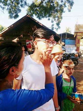 Phấn Thakana có hình khối. Khi muốn bôi lên mặt, người dân cà (chà) phấn lên kyauk pyin (một loại đĩa chuyên dụng bằng đá), sau đó trộn phần bột vừa cà với nước, rồi bôi một lớp mỏng lên mặt. Tất cả người dân Myanmar đều dùng Thakana và xem như đó là điều tự hào.