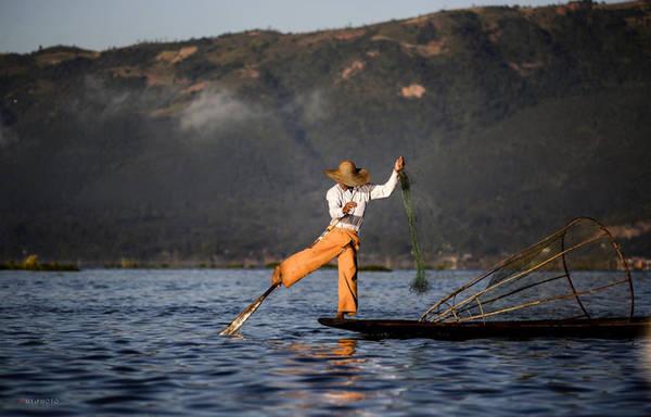 Ngoài vẻ đẹp mênh mông, hồ Inle Lake còn gây ấn tượng mạnh với du khách bởi phương pháp đánh đánh bắt cá của người dân - chèo thuyền bằng một chân.