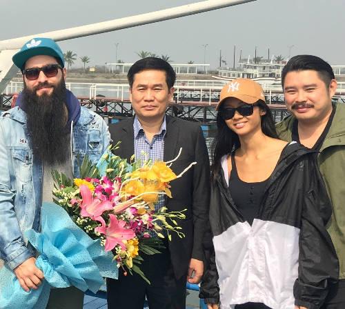 Đạo diễn phim Kong và nữ rapper Suboi trong lần đến Hạ Long.