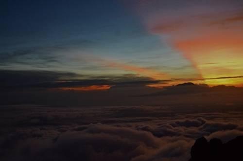 Bình minh bắt đầu lên trên đỉnh núi Merapi. Ảnh: Phong Vinh.