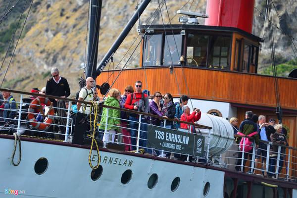 Đến Queenstown, du khách sẽ được đi trên chiếc tàu thủy lịch sử 100 tuổi mang tên TSS Earnslaw, lướt sóng trên hồ Wakatipu nổi tiếng.