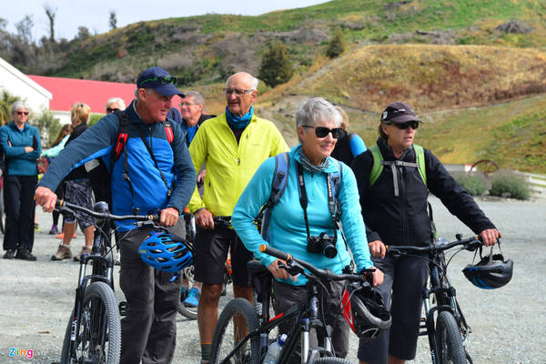 Đó là lý do khi đặt chân tới New Zealand, bạn không thể không du ngoạn các thị trấn, thành phố ở đảo Nam. Ngoài tham quan ngắm cảnh, các môn chơi thể thao tại đây cũng khá phổ biến. Nhiều du khách đến từ châu Âu thích thú mang theo xe đạp lên con tàu trăm tuổi để đạp xe vòng quanh trang trại Walter Peak.