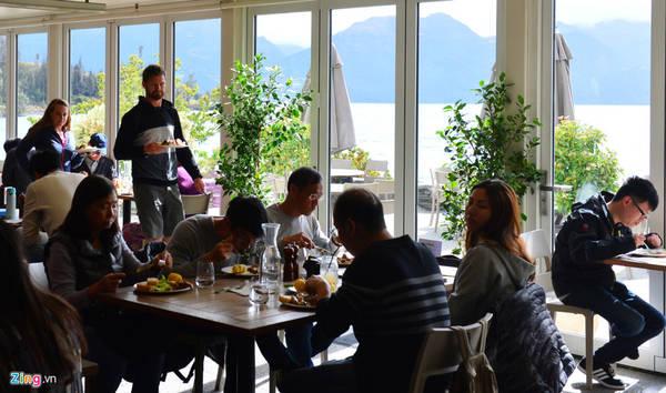 Trong thời gian chờ tàu quay lại đón, du khách được tận hưởng bữa trưa trong nhà hàng với các món thịt cừu, bò độc đáo cùng những ly rượu vang đặc trưng của New Zealand.