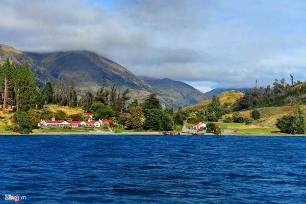 Địa điểm này nằm trong khu du lịch Walter Peak, giữa một hòn đảo, thành lập từ thế kỷ 19. Đó là trại nuôi cừu truyền thống của người New Zealand, lâu nay đã được chuyển thành địa điểm tham quan, ăn uống.