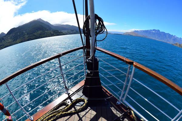 Con tàu hoạt động 11 tháng trong năm, chuyên chở hành khách qua lại giữa Queenstown và trang trại Walter Peak High Country với mỗi ngày 3 chuyến.