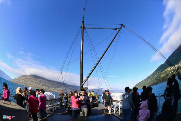 Mặc dù các khoang bên trong của tàu đều có cửa ngắm cảnh, nhưng để tận hưởng hết vẻ đẹp của hồ Wakatipu, boong tàu là vị trí lý tưởng nhất. Khi con tàu mới rẽ sóng, du khách ào ào đổ ra ngoài chụp ảnh.
