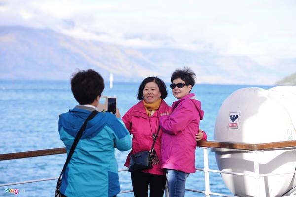 Vào dịp thu đông, thời tiết có thể thay đổi nhanh chóng, có nhiều gió lạnh khá khó chịu, dù trời nắng. Những du khách đã có kinh nghiệm thường chuẩn bị sẵn áo ấm.