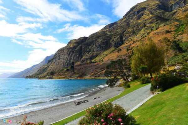 Hồ Wakatipu được tạo thành bởi các dòng chảy từ sông băng. Đất nước New Zealand được tạo thành bởi hàng trăm đảo lớn nhỏ, nhưng được phân chia rõ rệt bởi hai nhóm đảo Bắc và đảo Nam, chỉ cách nhau một eo biển hẹp chừng 20 km.