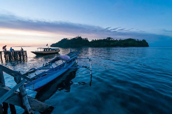 Quần đảo Togian Nằm trên vịnh Tomini, tỉnh Trung Sulawesi, 56 hòn đảo trong quần đảo Torgian nổi tiếng với những khu rừng và bãi biển đẹp. Tuy nhiên, hành trình đến với quần đảo khá vất vả, du khách sẽ mất 3 ngày di chuyển bằng xe buýt và phà từ thị xã Tana Toraja, nhưng thành quả của chuyến đi sẽ hoàn toàn xứng đáng. Tới đây, mọi người thường thích đi lặn biển, hoặc tới hồ Sứa để bơi lội với hàng ngàn con sứa mà không lo bị đốt, tham quan đảo núi lửa Una-Una.