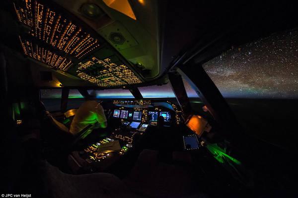 Hình ảnh rất đẹp ngoài buồng lái này được Van Heijst ghi lại trên chuyến bay từ Luxembourg đến Komatsu, Nhật Bản vào tháng 4/2016. Tấm ảnh đã ghi lại được khoảnh khắc của Bắc cực quang, ánh bình minh đang lên, và dải ngân hà lấp lánh.