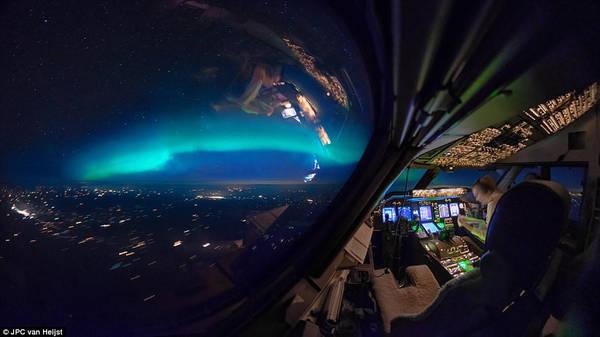 Khoảnh khắc tĩnh lặng trong một chiều hoàng hôn ở bầu trời Yukon (Canada). Van Heijst chụp tấm ảnh này vào tháng 10/2013, khi anh bay từ Anchorage (Alaska) đến Chicago (Mỹ). Đồng nghiệp của Van khi ấy đang chăm chú đọc tạp chí.