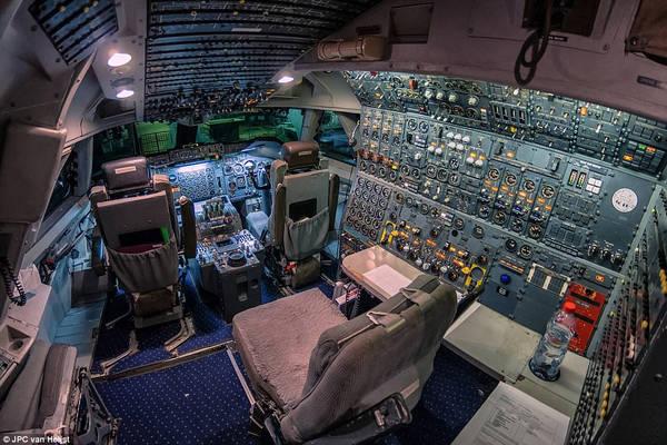 """Còn đây là một trong những """"văn phòng làm việc"""" Van Heijst. Những bảng điều khiển chi chít nút bấm, có thể sẽ khiến bạn thay đổi suy nghĩ rằng công việc văn phòng bên chiếc máy tính rất phức tạp. Van Heijst cho biết ảnh này được chụp năm 2011. Những chiếc máy bay mới hiện nay sử dụng bảng điều khiển vi tính. Điều này giúp giảm số lượng phi công còn 2 người."""