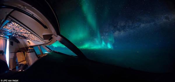 Sự kết hợp giữa ánh sáng dải ngân hà và cực quang tạo nên khung cảnh ngoạn mục, như thôi miên người xem. Hình ảnh này được ghi lại từ chuyến bay Mỹ - Trung Quốc tháng 2/2016.