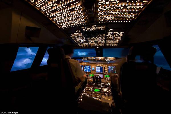 Trên một chuyến bay từ Johannesburg (Nam Phi) đến Nairobi (Kenya) tháng 5/ 2012, Van Heijst bắt gặp một cơn dông với những tia sét chiếu sáng cả bầu trời.
