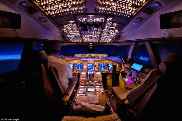 Buồng lái của chiếc 747 được phủ ánh sáng màu tím nhạt khi đi qua Thái Bình Dương vào tháng 5/2013. Van Heijst là phi công làm việc cho hãng Cargolux, anh đã có cơ hội bay vòng quanh thế giới cùng với chiếc Boeing 747.