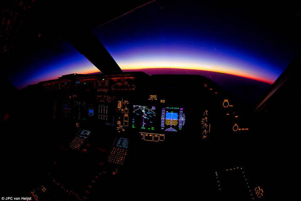 Khung cảnh hoàng hôn màu tím tuyệt đẹp ở Myanmar khi nhìn từ buồng lái chiếc 747-8 vào tháng 2/2015