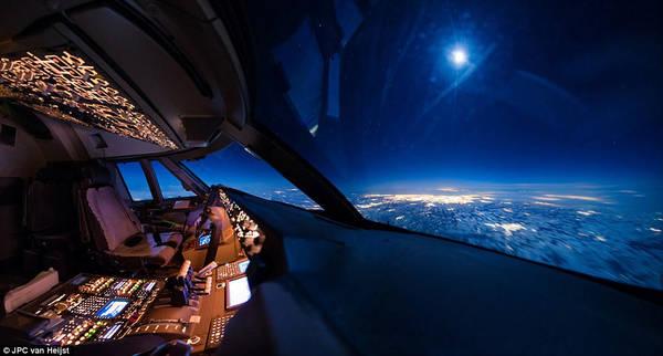 Ánh trăng chiếu sáng trời đêm, khi Van Heijst đang bay đến Siberia vào tháng 8/2016. Van thừa nhận vị trí công việc đã cho phép anh chiêm ngưỡng được những cảnh đẹp mà nhiều người không có cơ hội nhìn thấy.