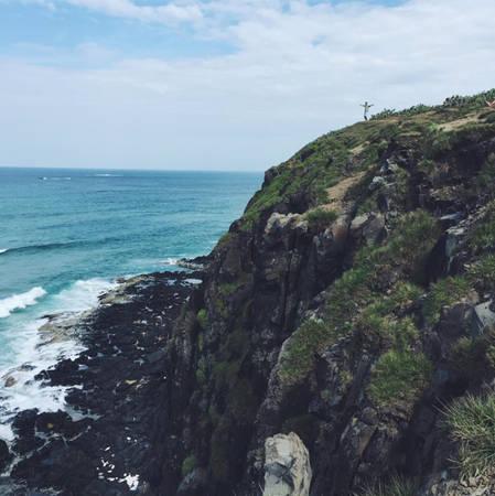Từ trên gành Ông nhìn xuống bãi biển màu xanh ngọc phía dưới, ngắm từng đợt sóng trắng nhấp nhô tạt vào đá là cảnh tượng khó quên đối với du khách. Ảnh: Thái Trương.