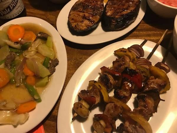 Ăn tối tại Island Coron Bay Grill.