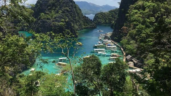 Toàn cảnh bến tàu nhìn từ Kayangan view point.