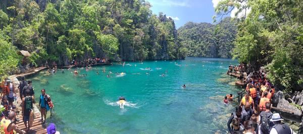 Bên trong Kayangan lake khá đông du khách.