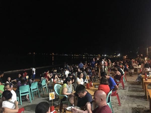 Ăn tối tại nhà hàng Jarace Grill trên bãi biển.