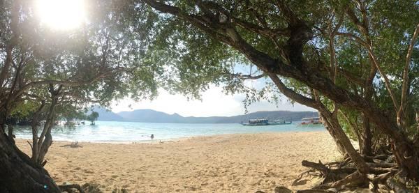Nằm tránh nắng ở CYC beach.