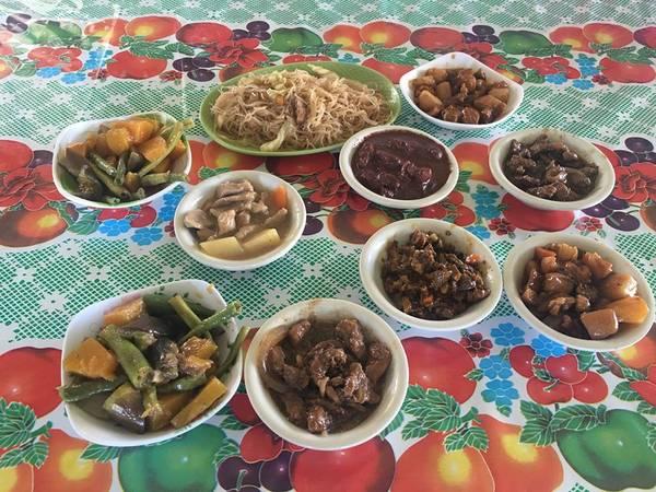 Ăn trưa ngoài sân bay Busuanga với các món ăn Philippines.