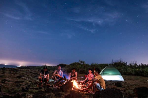 Cắm trại ở bãi Tây trên đảo bé sẽ rất tuyệt vời.