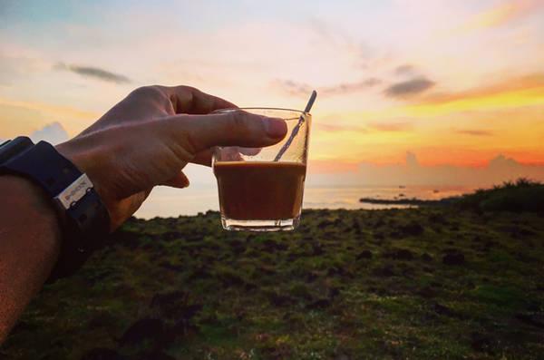Một cốc cà phê vào buổi bình minh ngắm mặt trời lên sẽ rất tuyệt vời.