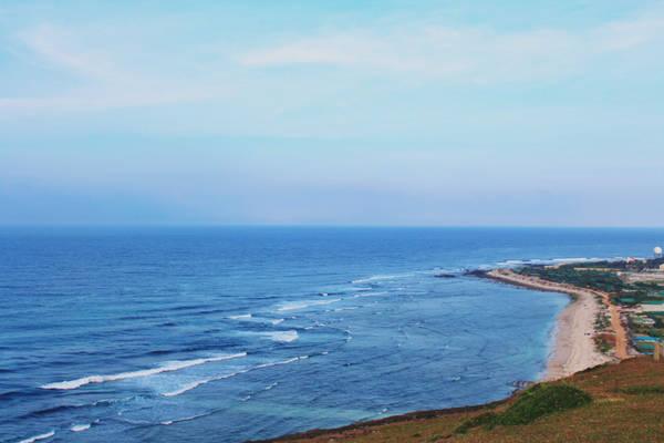 Lý Sơn vốn được tách từ huyện Bình Sơn, trở thành huyện đảo Lý Sơn. Hiện Lý Sơn gồm 2 đảo là đảo Lớn và đảo Bé, người ta gọi theo diện tích của 2 đảo này. Đảo Lớn (trong hình) là nơi đông dân cư sinh sống và trồng tỏi - một nghề lâu đời và đặc trưng ở đây.