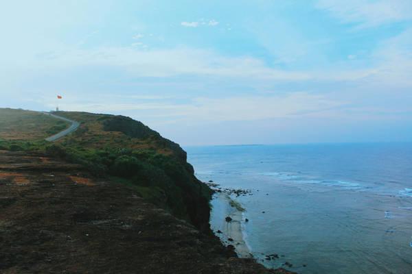 Không thể không nhắc tới đỉnh Thới Lới. Đây là nơi cao nhất mà bạn có thể ngắm bình minh trên đảo. Cột cờ Tổ quốc cũng có ở đây