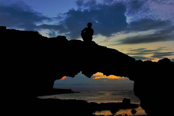 Quay ngược lại con đường cũ, đi một vòng đảo, bạn tới cổng Tò Vò, nơi mọi người thường đón hoàng hôn. Buổi chiều tà, nơi đây rất đông, nhưng buổi sáng hầu như không có ai. Sát bên cổng Tò Vò là chùa Hang với tượng Phật Bà Quan Âm đứng nhìn ra biển. Người dân nói Phật Bà luôn dõi theo những người con của đảo lúc họ ra khơi, bảo vệ và dõi theo họ.