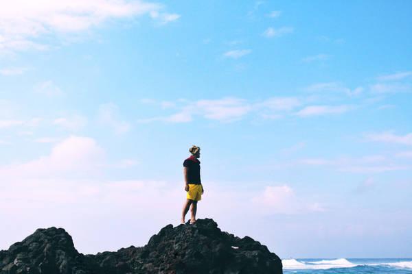 Bờ kè bao dọc bãi biển. Nơi này đa phần là đá nên bạn chỉ có thể chụp hình chứ không tắm được ở trạm dừng thứ nhất này.