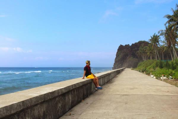 Ngày hôm sau, bạn có thể qua đảo Bé bằng cano của các dịch vụ du lịch, hết khoảng 10 phút từ cảng Lý Sơn. Giống như đảo Lớn, bạn chỉ việc theo dọc những con đường bê tông, đi bộ hoặc đi xe điện trên đảo. Tài xế sẽ chở bạn tới những điểm du lịch hay cảnh đẹp để chụp hình.