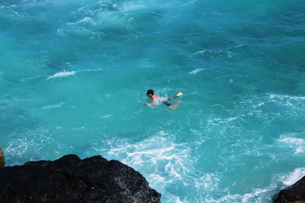 Đến trạm dừng thứ ba, bạn sẽ tròn mắt khi thấy được sự hùng vĩ của đảo Bé. Nước xanh ngắt một màu, sóng vỗ vào những tảng đá bự ven bờ. Bạn có thể tắm hay lặn ngắm san hô ở đây.