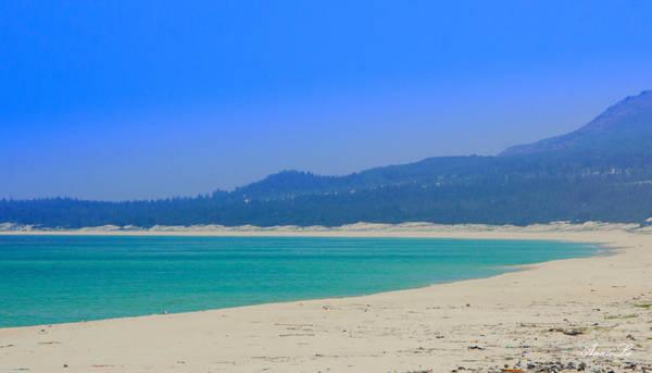 Bãi cát trải dài và nước biển xanh trong vắt. Tôi dựng xe máy bên đường, băng qua một đồi cát, để đẫm mình trong làn nước trong xanh.