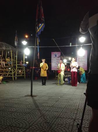 Bạn có thể ghé nghe hát Bài chòi - một loại hình nghệ thuật dân ca và trò chơi dân gian đặc trưng ở miền Trung Việt Nam. Ảnh: Mai Nguyễn.