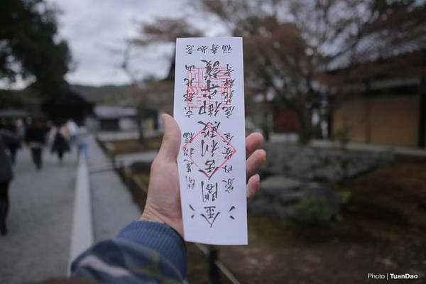 Một điểm đặc biệt nữa tại chùa Vàng, mỗi một vé tham quan tại đây đều được thiết kế thành một bùa cầu an. Du khách đều giữ lại nhằm mong ước những điều may mắn sẽ đến với mình.