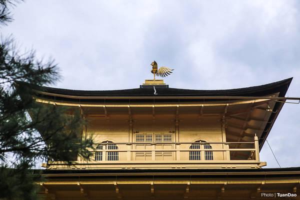 Du khách có thể vòng qua đằng sau chùa để tham quan gần hơn. Chùa được xây dựng ba tầng. Tầng 1 được làm bằng thạch cao trắng, khiến hai tầng trên trở nên nổi bật hơn. Trong chùa tại các tầng được trưng bày tượng phật, bồ tát và các vị vua trên thiên đình.