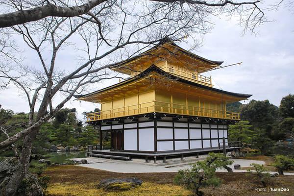 Trên đỉnh chùa vàng, được gắn một con phượng hoàng được đúc hoàn toàn bằng vàng. Biểu tượng của vị tướng quân Yoshimitsu Ashikaga.